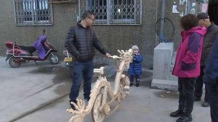 China | Un hombre fabrica una bicicleta con forma de dragón hecha de palitos de helado