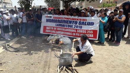 Trabajadores del sector salud realizan olla común en séptimo día de huelga