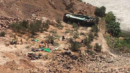Ayacucho: 5 muertos y 10 heridos tras caída de camión a precipicio de 300 metros