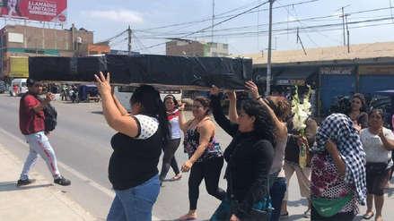 "Comerciantes simulan ""cortejo fúnebre"" de alcalde Ricardo Velezmoro"