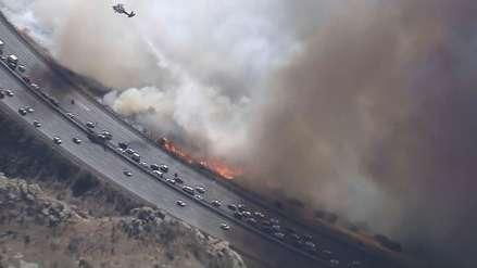 Video | Imágenes aéreas muestran una carretera amenazada por los incendios en California