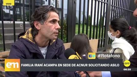 Una familia iraní acampa en la sede de Acnur solicitando reasentamiento