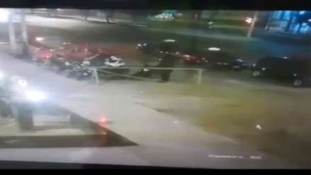 Video | Un delincuente robó la moto de un policía frente a una comisaría en Nuevo Chimbote