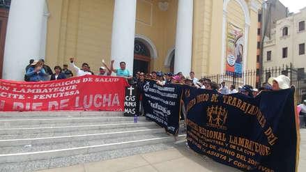 Trabajadores de Salud realizan plantón en frontis de Catedral chiclayana