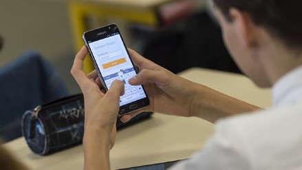 Polémica en China por universidad que planeaba vigilar los celulares de sus alumnos