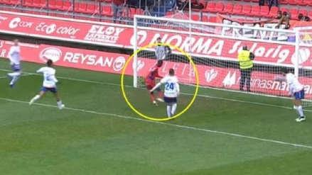 ¡Para qué te traje! Jugador falló increíble ocasión de gol estando debajo del arco