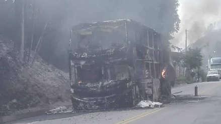 Bus repleto de pasajeros se incendió en la vía Cusco - Puno