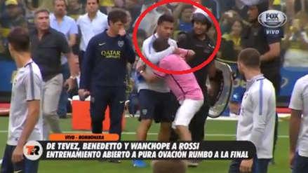 River vs. Boca: Carlos Tévez y su increíble gesto con un hincha que entró a la cancha de la Bombonera