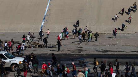 Cientos de migrantes rompen cerco de seguridad en México para alcanzar frontera de EE.UU.