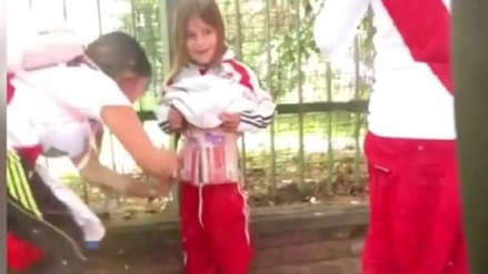 Arrestaron a la mujer que puso bengalas en una niño para meterlas al Monumental