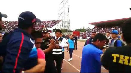 José Soto agrede a policías en la final del Mannucci vs. Vallejo