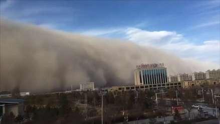Video | Impactantes imágenes de una violenta tormenta de arena que azotó una ciudad de China