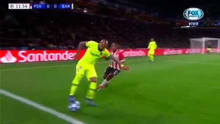 Barcelona vs. PSV | El lujo de Arturo Vidal para eludir a un jugador rival