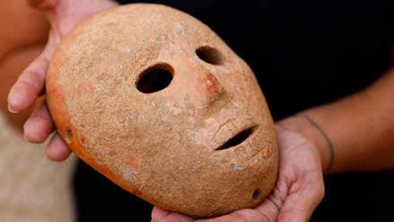 Arqueólogos descubren una máscara de hace 9,000 años en Israel
