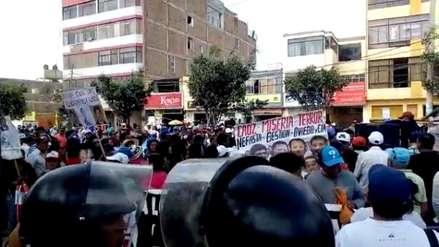 Edwin Oviedo | Trabajadores de Tumán escuchan audiencia de prisión preventiva por parlantes en la calle