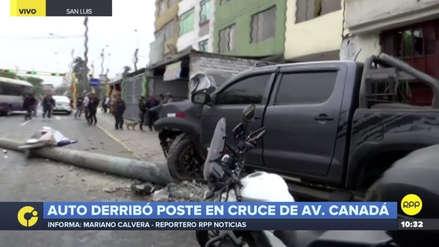 Una camioneta fuera de control derribó un poste y se empotró contra una casa en San Luis