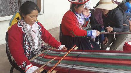 Comuneros enseñan tejido ancestral away en la plaza Túpac Amaru