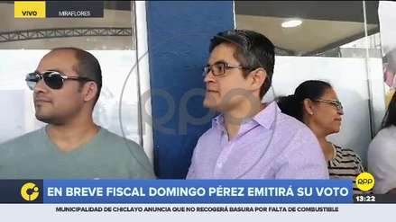 José Domingo Pérez acudió a votar y fue recibido en medio de aplausos y arengas