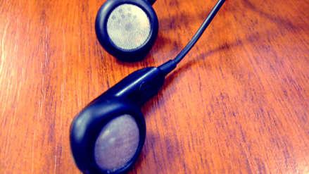 Adolescente murió electrocutado cuando usaba sus audífonos mientras su celular cargaba