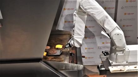 Comienza la automatización en la comida rápida: Este es el robot que voltea 160 hamburguesas por hora
