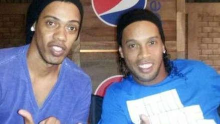 Ronaldinho utilizó un doble para firmarle autógrafos a los hinchas