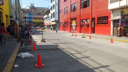 Despejan exteriores de local de bomberos que estaba tomado por ambulantes