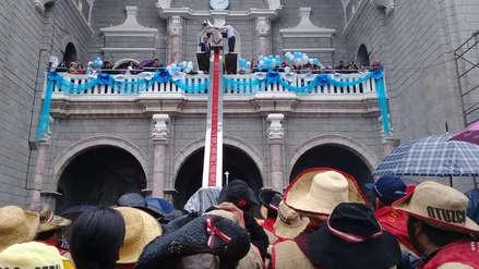 Imagen de la Virgen de la Puerta baja de su altar ante miles de fieles en Otuzco