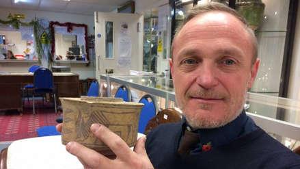 Descubrió que un recipiente usado para poner su cepillo de dientes era una reliquia de 4,000 años