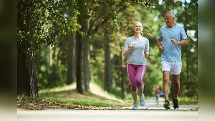 Adulto mayor: los beneficios de tener una buena alimentación y hacer deporte