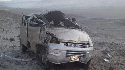Un muerto y cinco heridos tras caída de minivan a barranco en Panamericana Sur