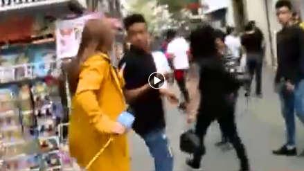 Video | Una reportera persiguió a ladrón que le arrebató su celular en plena transmisión en vivo