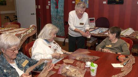 EE.UU. | Mujeres de la tercera edad tejen colchonetas con bolsas de plástico para los que no tienen hogar