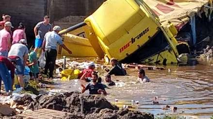 Un camión lleno de cervezas cayó a un río y vecinos se metieron al agua para salvar la mercadería