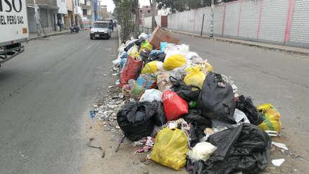 Malestar por gran cantidad de basura acumulada en la vía pública en Trujillo