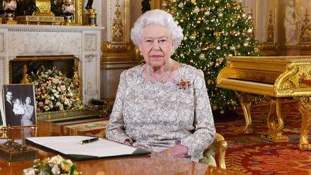 Reina Isabel II admite que las bodas y los nacimientos la han mantenido