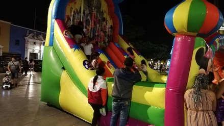 Juegos inflables y vendedores de comida invaden plaza de armas de Trujillo