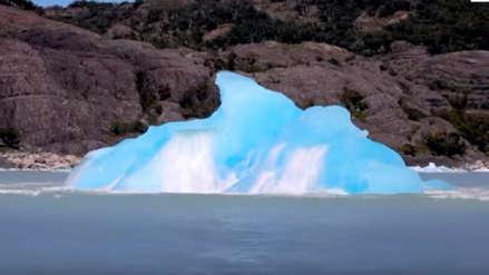 Un iceberg giró en el océano y un cineasta captó el azul brillante de su lado oculto