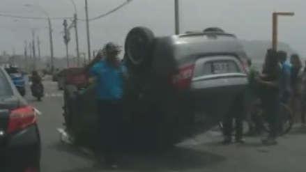 Auto termina volcado tras accidente en la playa Waikiki de la Costa Verde