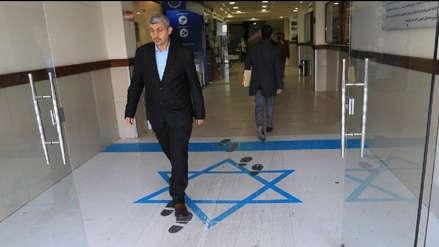Ministra de Jordania pisa una bandera de Israel y provoca indignación en este país