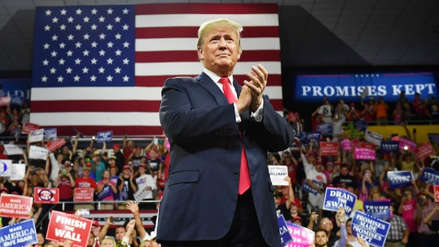 """Donald Trump felicita a todos por el 2019, incluso a """"a los criticones y a los medios de comunicación falsos"""""""