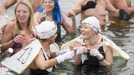 Decenas de suizos recibieron el 2019 con un frío baño en un lago