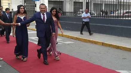 Alcalde de Chiclayo ingresó al Palacio Municipal por una gigantesca alfombra roja