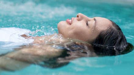 Irritación y alergias: estas son los principales daños de bañarte en una piscina contaminada