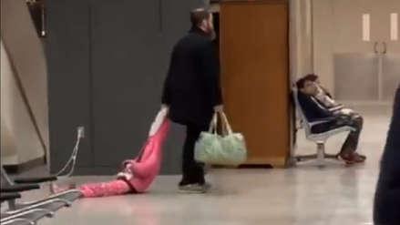 Un hombre arrastra a su hija por el suelo de un aeropuerto y el video se vuelve viral