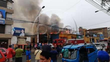 Un incendio se registró en un el almacén de una vivienda en el Rímac