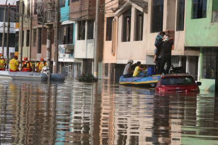 Ministerio de Salud declara en alerta sanitaria la zona afectada por aniego en San Juan de Lurigancho
