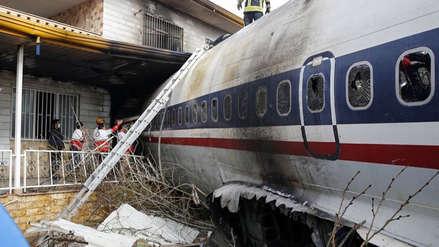 Las primeras imágenes del avión que se estrelló y dejó 15 muertos en Irán [FOTOS]