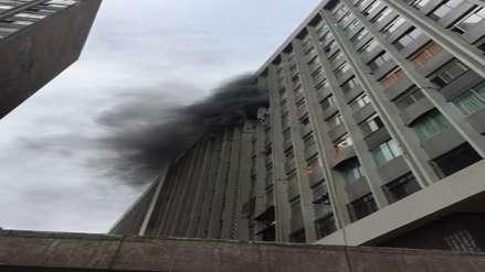 Bomberos controlaron incendio que afectó pisos 10 y 11 de edificio multifamiliar