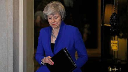 Theresa May sobrevive a moción de censura pero el Brexit se hunde en el caos político