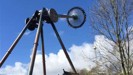 Un gigantesco péndulo desafía la gravedad en un parque de diversiones en Suecia